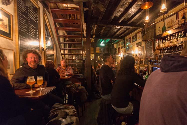 Blaauwe Hand gasten aan de bar